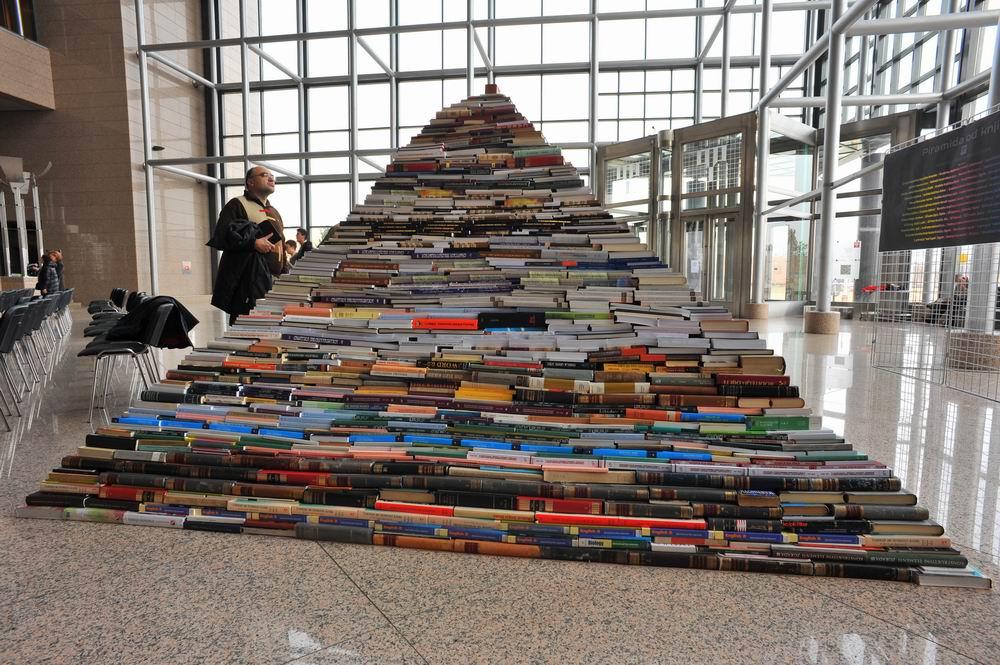 Piramida od knjiga