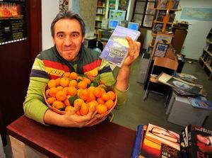 Mandarina uz knjigu